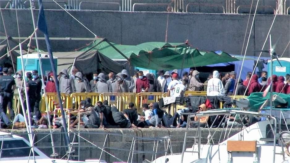 Más de 2.000 inmigrantes pernoctan en el Muelle de Arguineguín, en Mogán  (Gran Canaria)